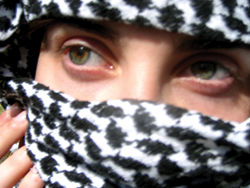 Kvindeansigt indhyllet i et tørklæde