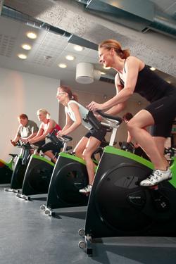 Fire motionister på motionscykler